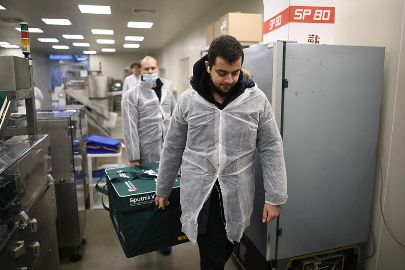 Сотрудники грузят контейнер с вакциной Sputnik V от COVID-19