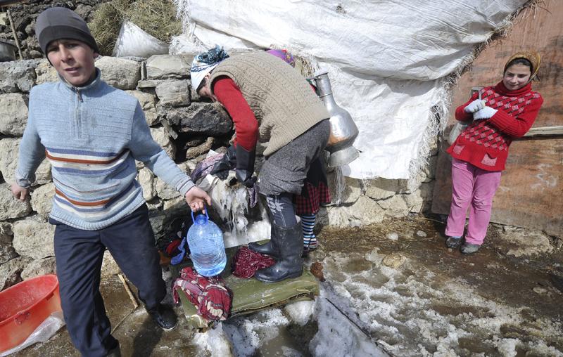 Дети набирают воду для домашних нужд