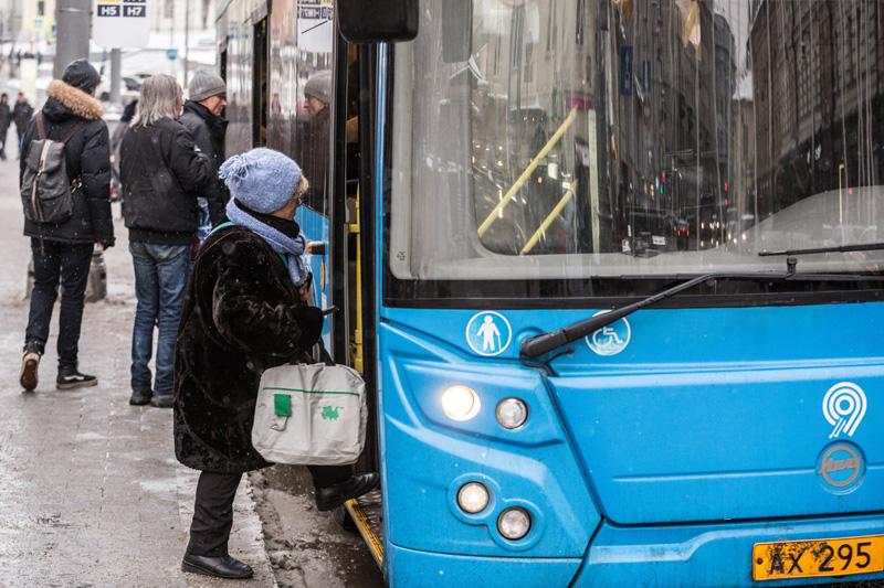 Пенсионер садится в автобус