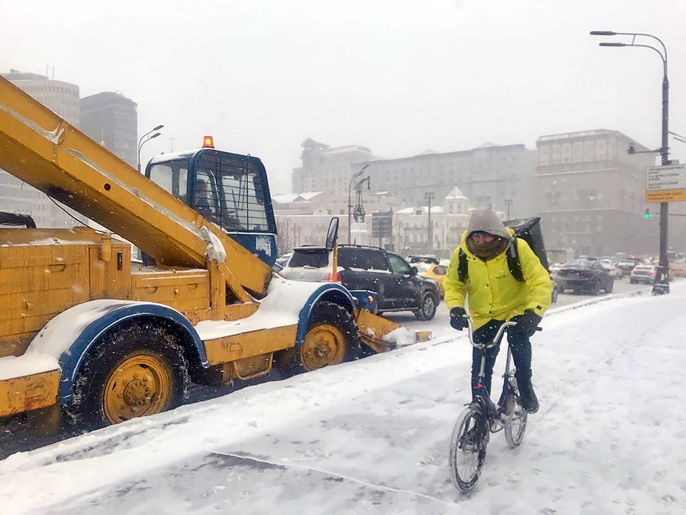 Уборка снега в Москве во время снегопада