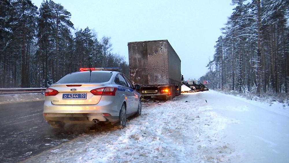 Последствия ДТП с участием грузовика в Московской области
