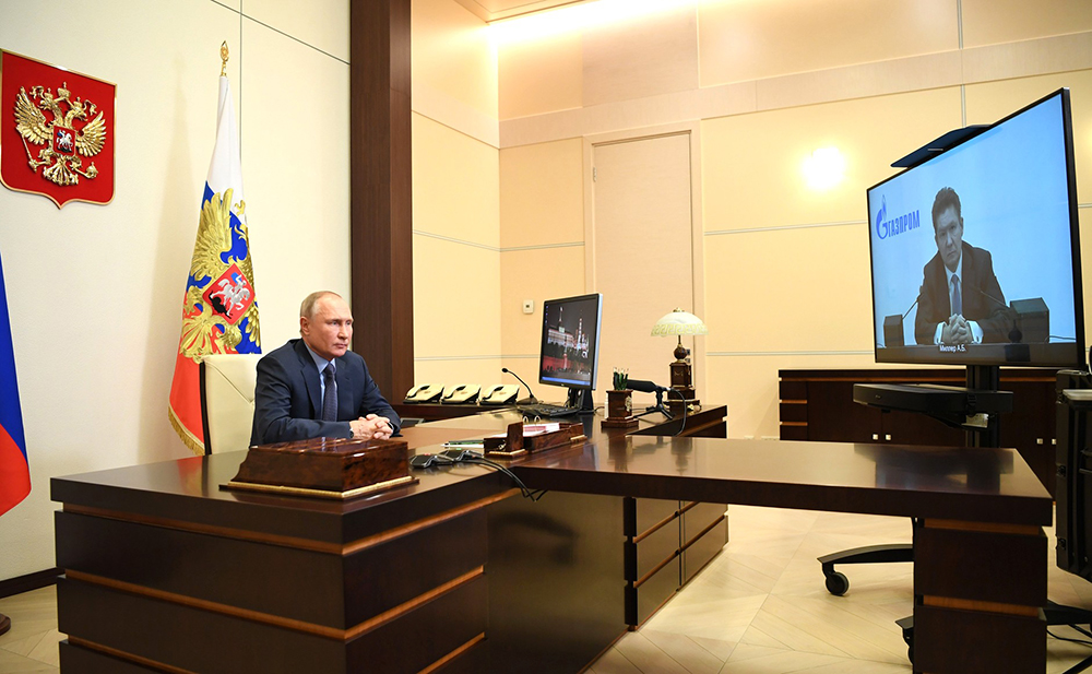 Владимир Путин общается с Алексеем Миллером в режиме видеоконференции