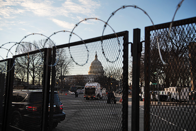 Здание Капитолия окруженное забором