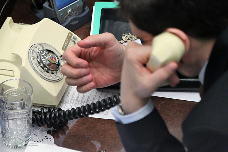Мужчина разговаривает по телефонному аппарату