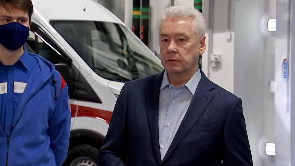 Сергей Собянин во время осморта новой подстанции скорой помощи в Коммунарке