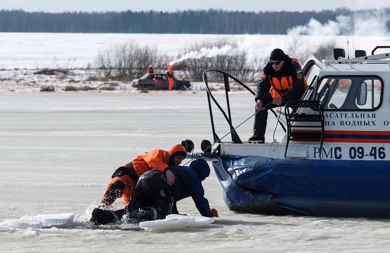 Сотрудник МЧС России вытаскивает из воды пострадавшего