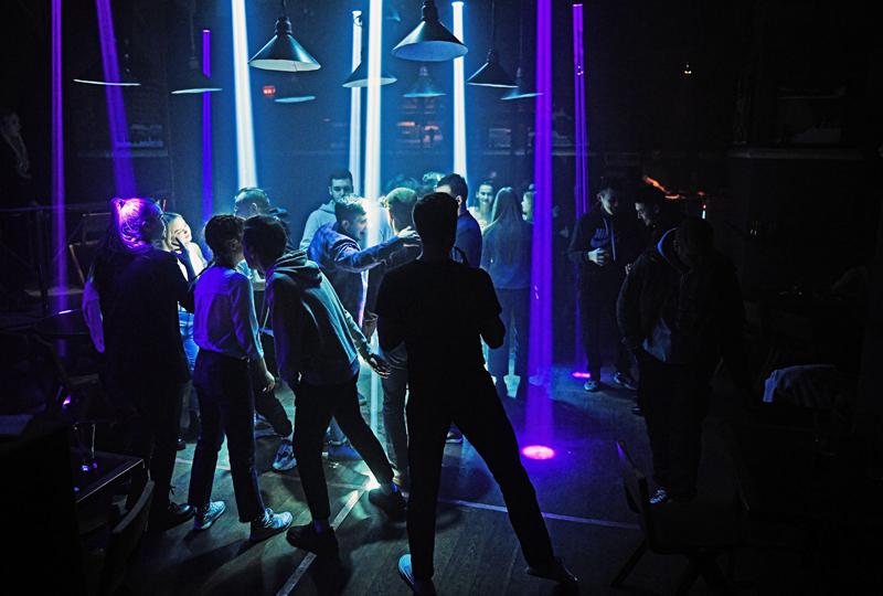 Посетители ночного клуба