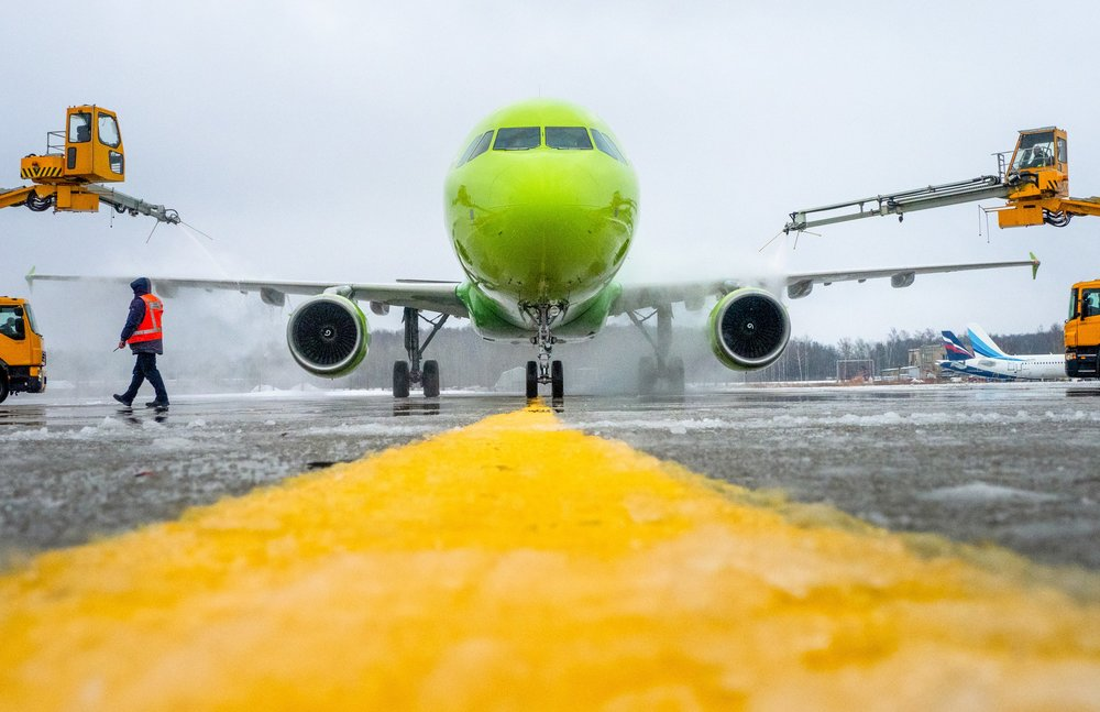 Обработка самолета противообледенительной жидкостью