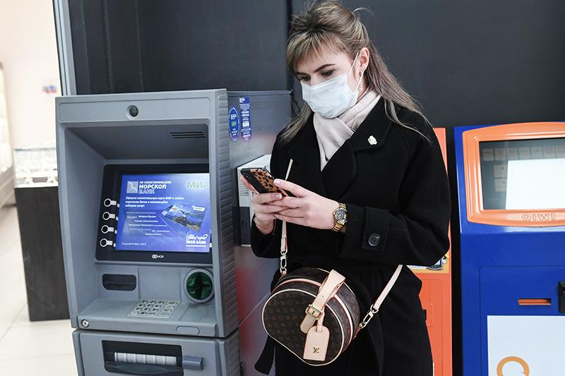 Девушка в медицинской маске возле банкометов