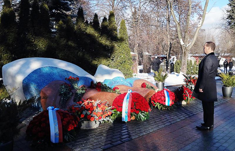 Возложения цветов к могиле Бориса Ельцина