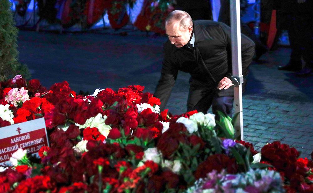Владимир Путин возлагает цветы к могиле Василия Ланового