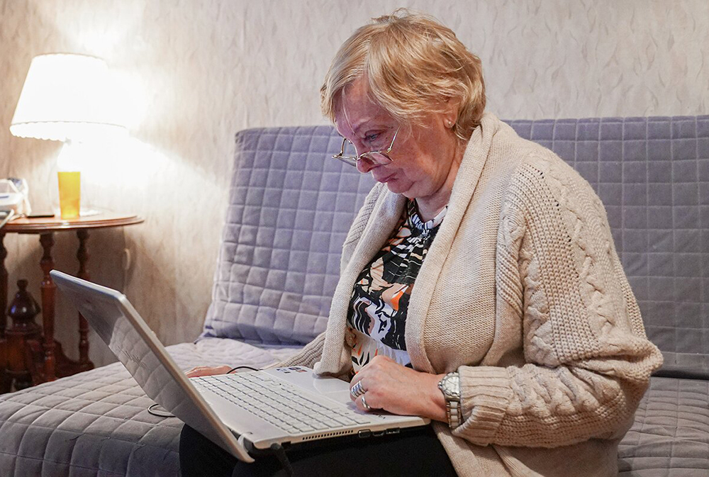 Пенсионеры за ноутбуком