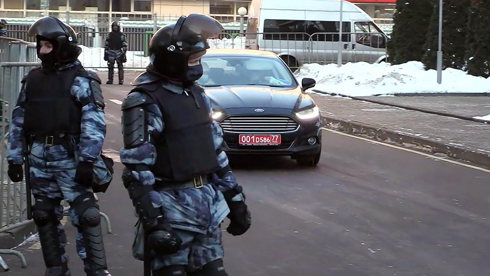 Посольские машины возле здания Мосгорсуда