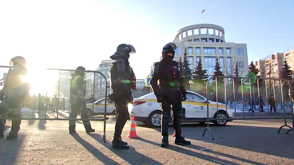 Сотрудники полиции у здания Мосгорсуда