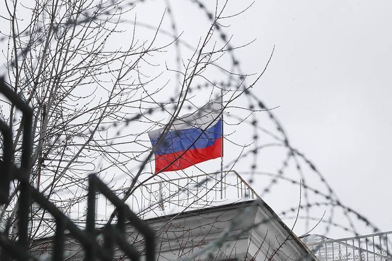 Флаг России за оградой