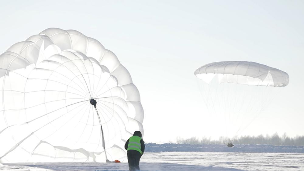 Первые прыжки курсантов военного училища в Новосибирске