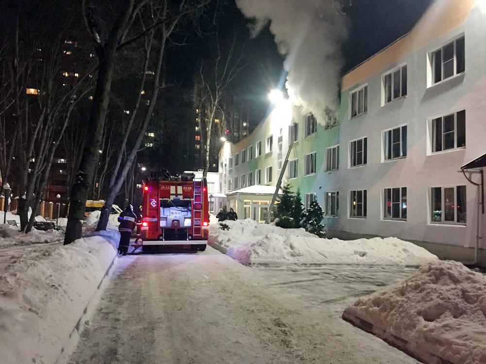 Пожарные на месте возгорания в детском доме