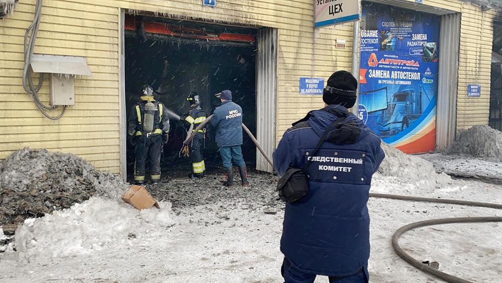 Следователи на месте пожара на складе в Красноярске