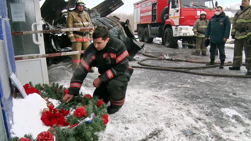 Траур по погибшим при пожаре пожарным в Красноярске