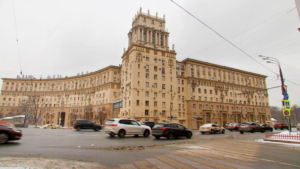 Дома со скульптурами на площади Гагарина
