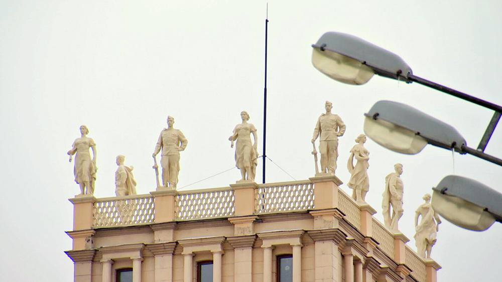 Скульптуры на домах на площади Гагарина