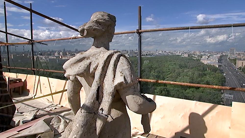 Подготовка к реставрации скульптур на площади Гагарина