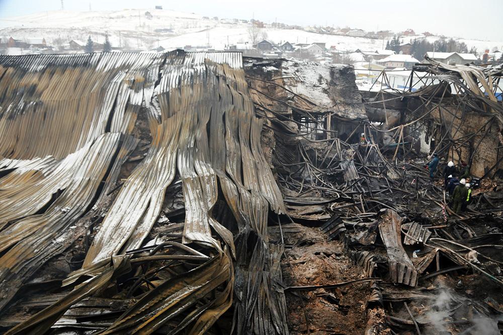 Последствия пожара на складе в Красноярске