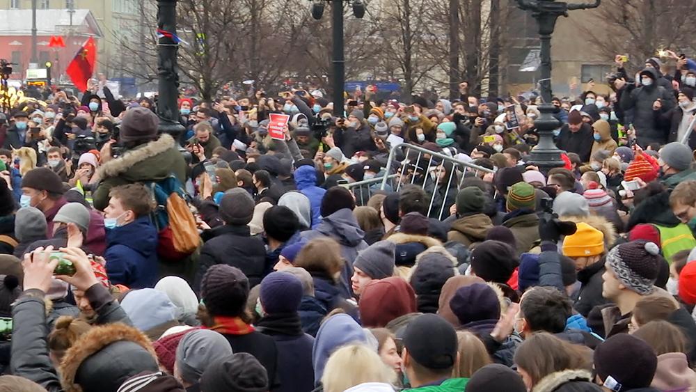 Участники несанкционированной акции в Москве