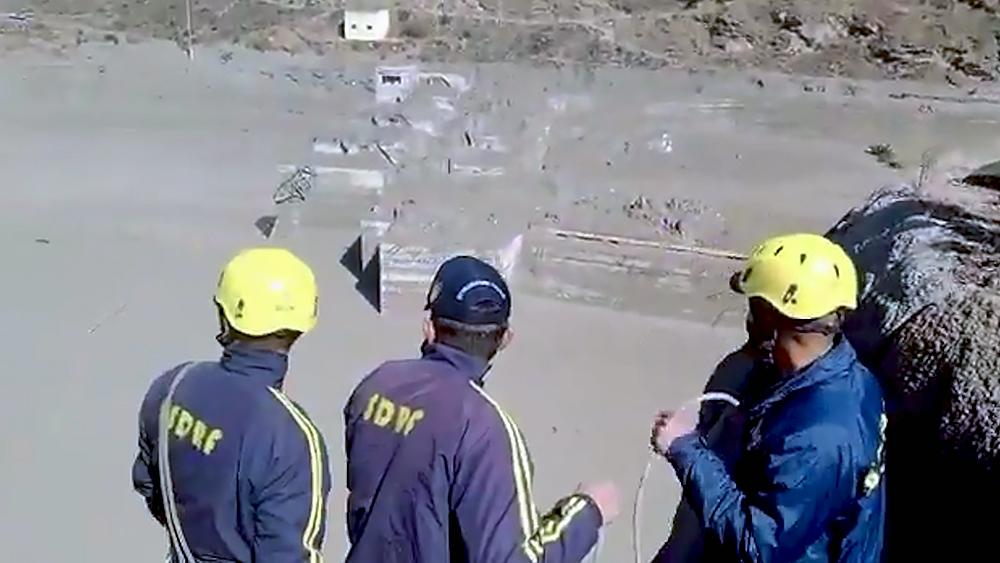 Спасатели Индии на месте схода ледника