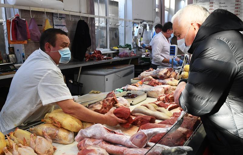 Продажа мяса на рынке