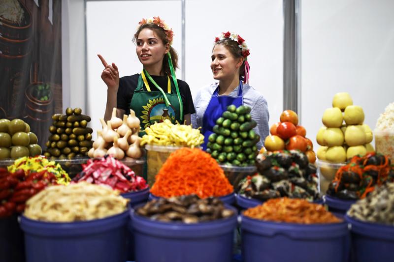 Продавцы маринованных овощей и солений