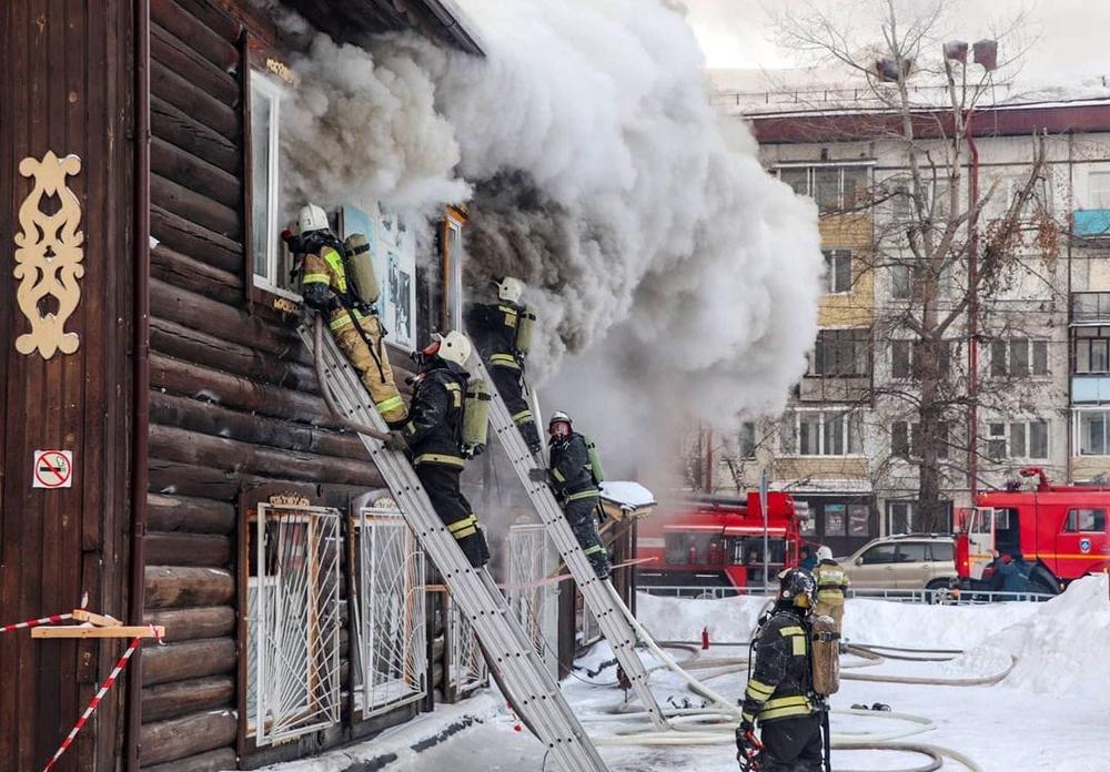 В Горно-Алтайске произошел пожар в здании вечерней школы