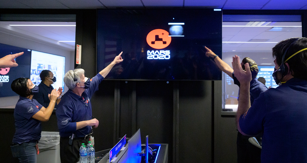 Сотрудники NASA радуются приземлению марсохода Perseverance