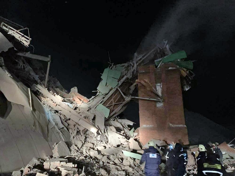 Сотрудники МЧС на месте обрушения на территории Норильской обогатительной фабрики