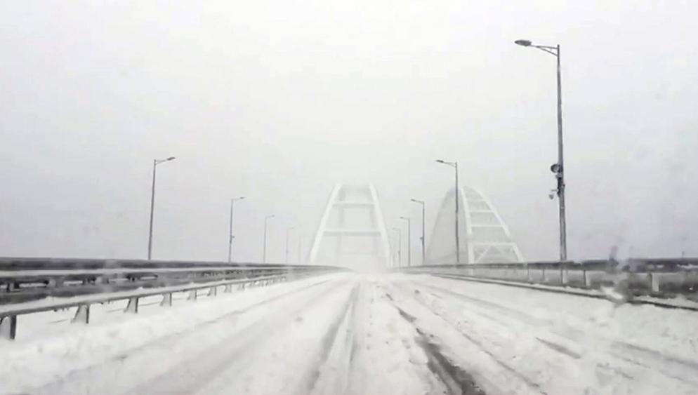 Крымский мост в снегу