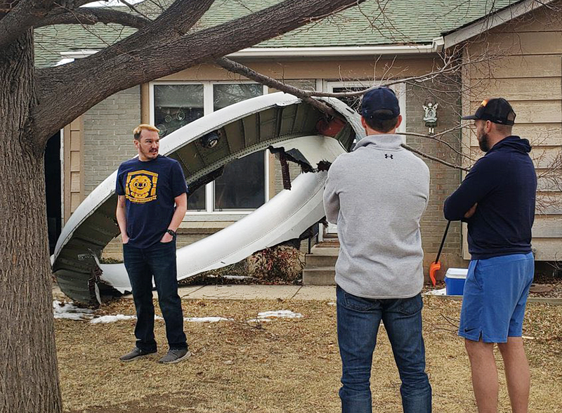Фрагмент двигателя самолета упал на жилой дом в США