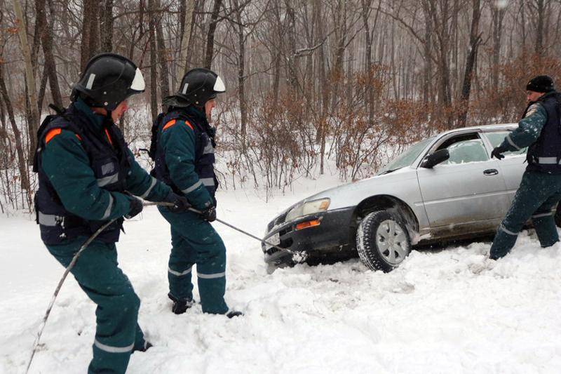 Спасатели МЧС во время оказания помощи автомобилисту