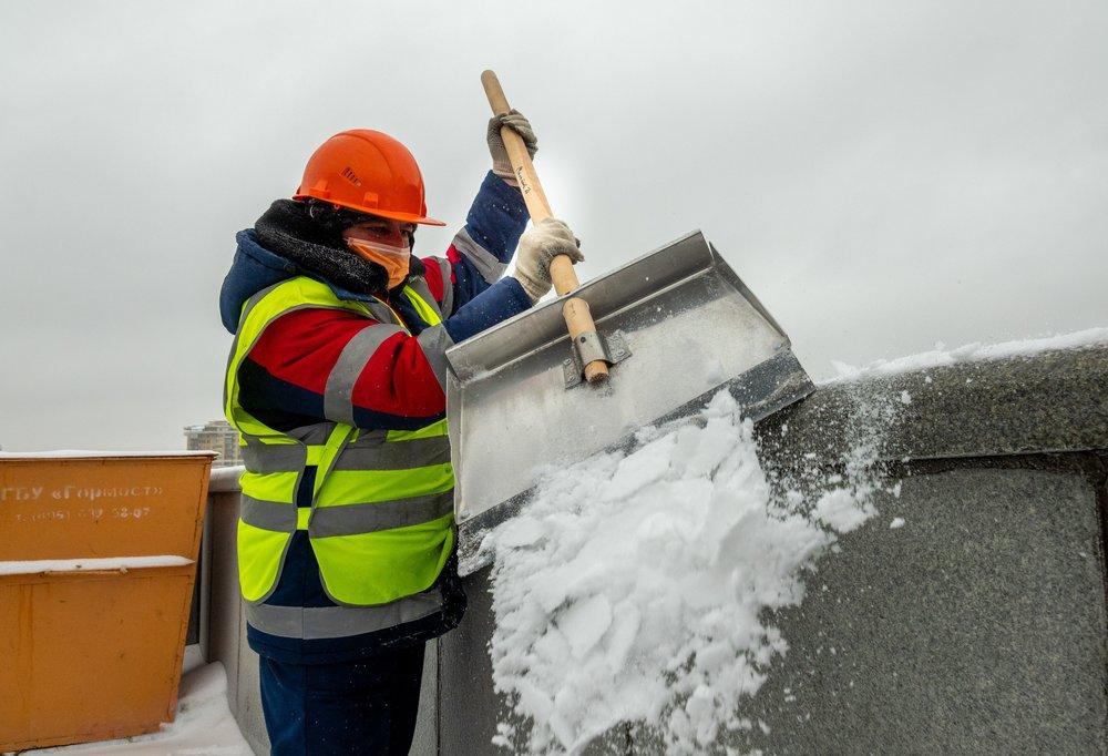 Очистка от снега и наледи в Москве
