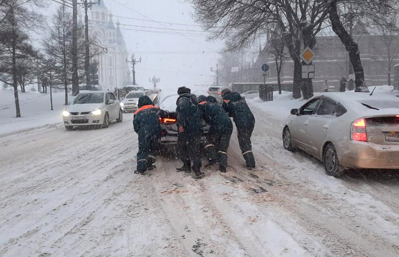 Спасатели МЧС во время оказания помощи автомобилистами во время снегопада