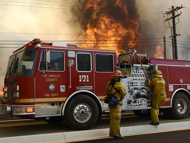 Пожарный расчет на месте возгорания в Лос-Анжелесе