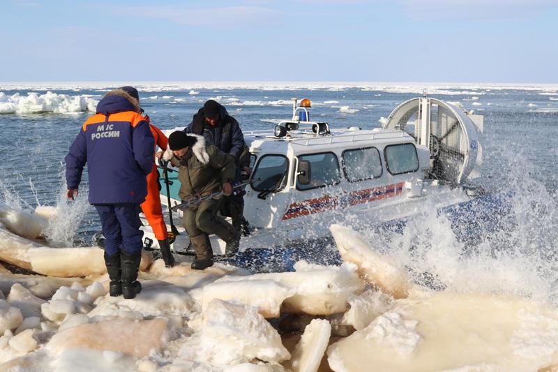 На Сахалине эвакуируют рыбаков, оказавшихся на оторвавшейся льдине