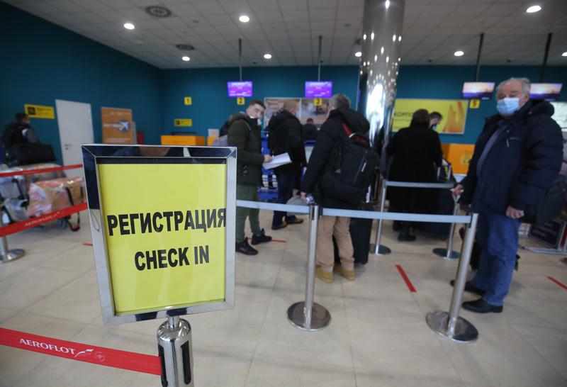 Пассажиры регистрируются на рейс в международном аэропорту