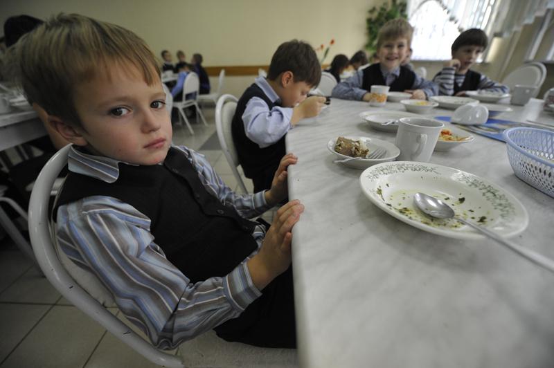 Дети обедают в школьной столовой