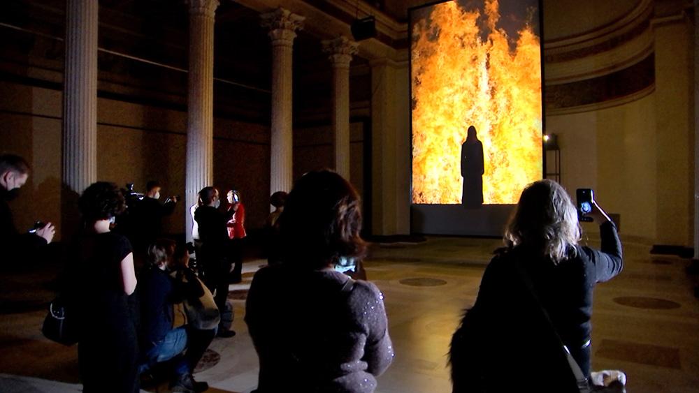 """Видеозвуковая инсталляция Билла Виолы """"Огненная женщина"""" (2005 год)"""