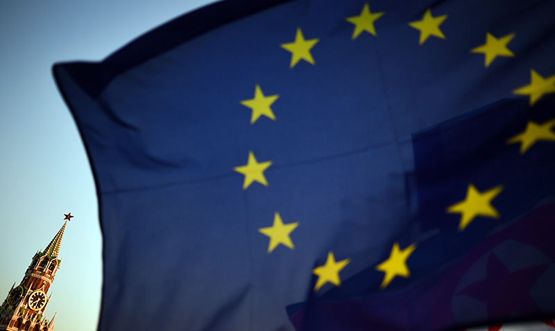 Флаг Евросоюза на фоне Кремля