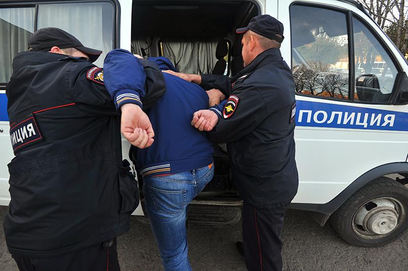 Сотрудники полиции проводят задержание