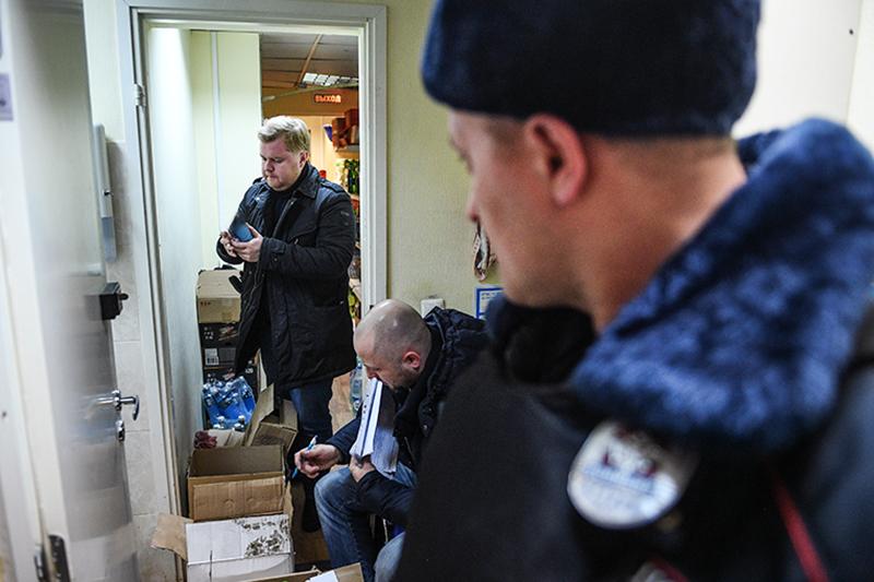 Сотрудники полиции проводят обыск