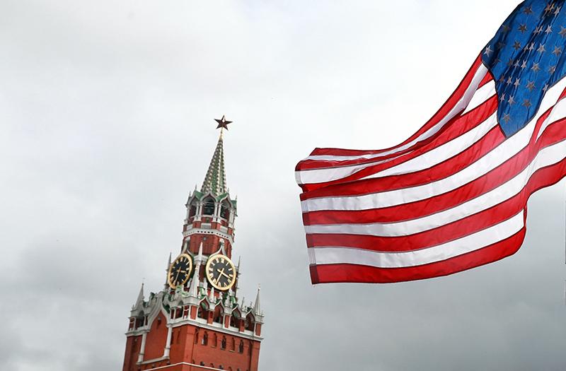 Флаг США на фоне Кремля