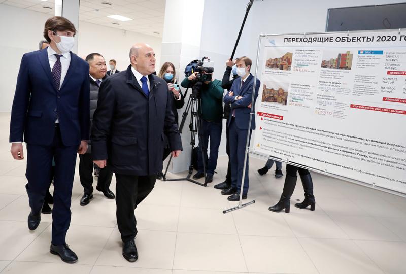 Михаил Мишустин во время посещения строящейся общеобразовательной школы в Кызыле