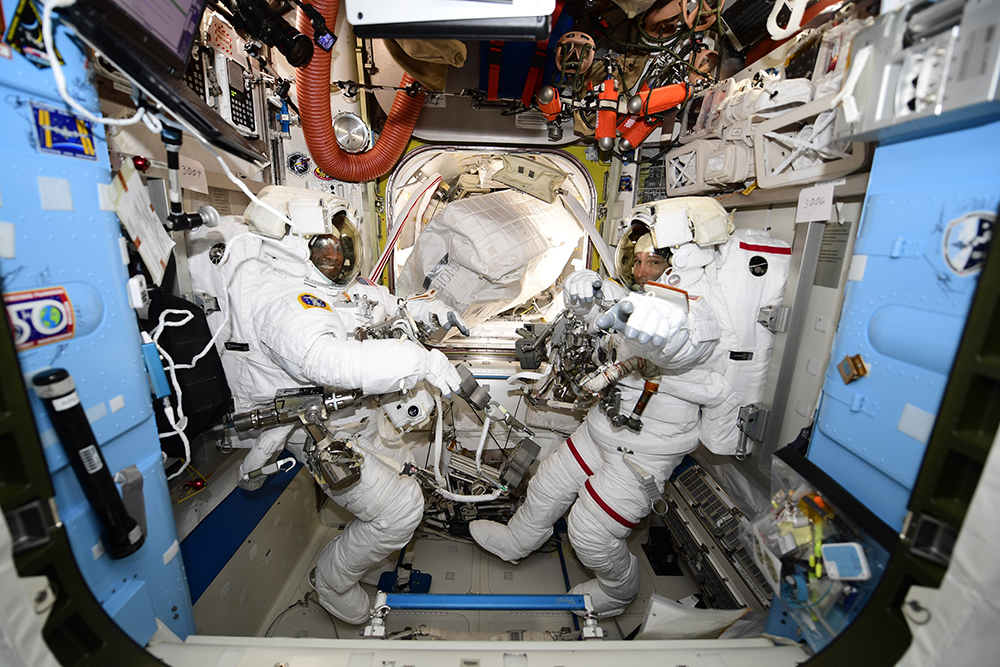 Экипаж МКС в скафандрах